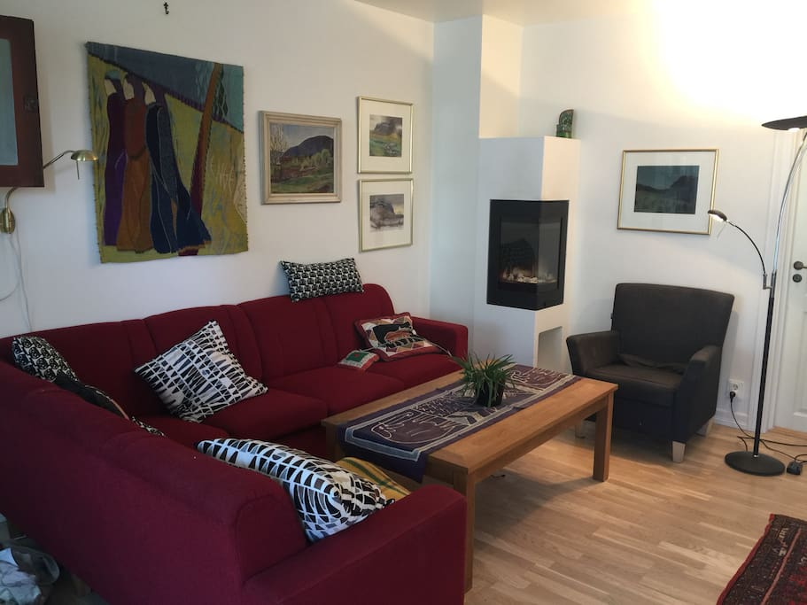Stue med sofakrok og peis.