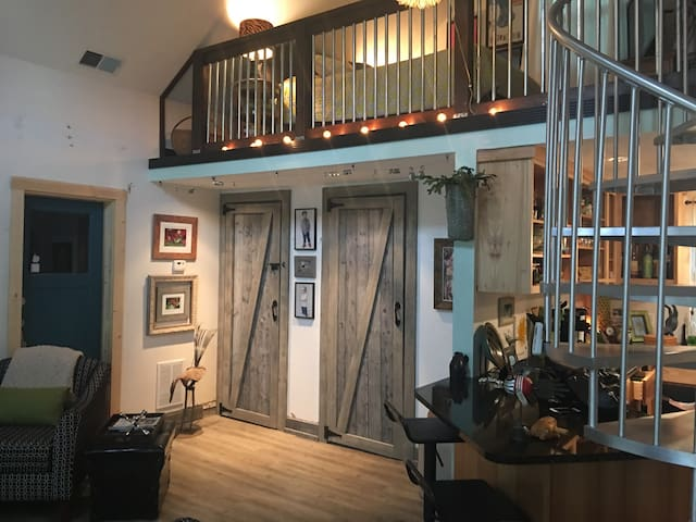 Remodeled Studio/Guesthouse Off Broadway