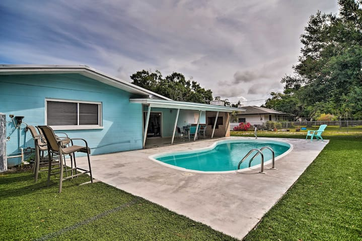 Sarasota Home w/Large Backyard & Water Access