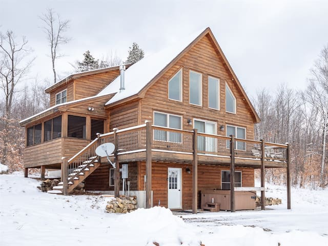 Viewtop Cabin: Modern Cabin with Stunning Mountain Views and Hot Tub