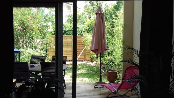 """Duplex T3 """"Bagnols Plage"""" rdc terrasse et jardinet"""