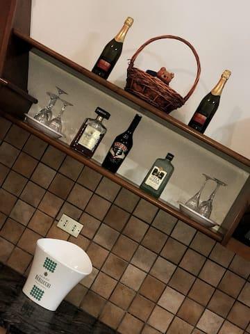 ci piace coccolare i nostri Ospiti e in Casa c'è sempre qualche ottima bottiglia da gustare. Il prestigio dei Vini locali e la tradizione di Amari e Limoncello ci da la possibilità di far provare ottimi prodotti ai nostri Ospiti.