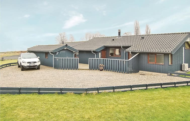 Holiday cottage with 3 bedrooms on 83m² in Sjølund