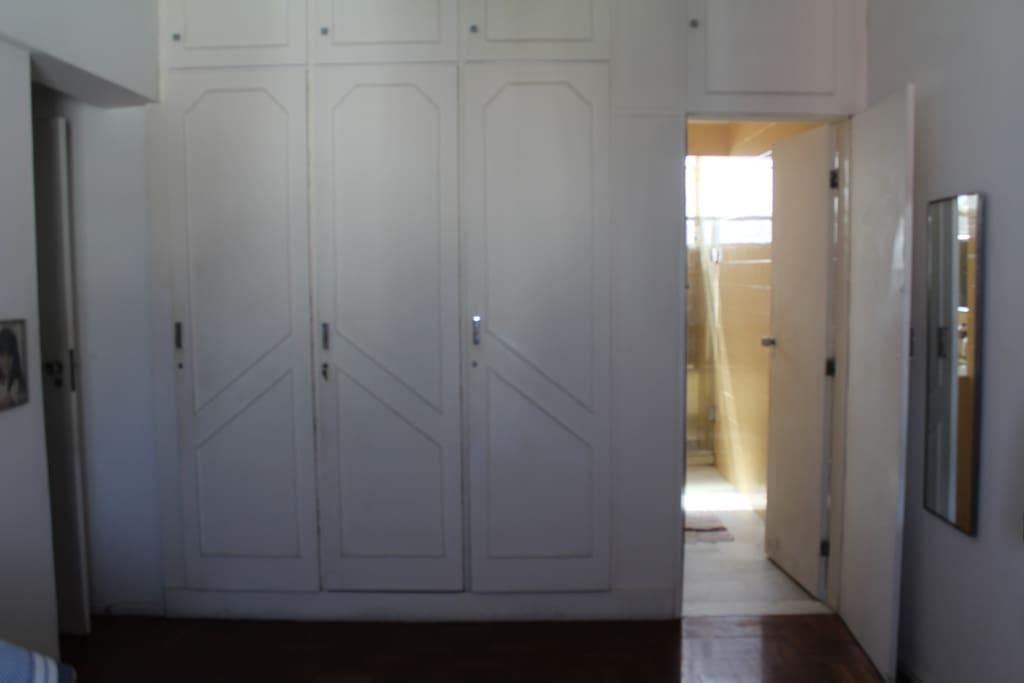 armário embutido para casal. Porta com acesso ao banheiro (suíte)