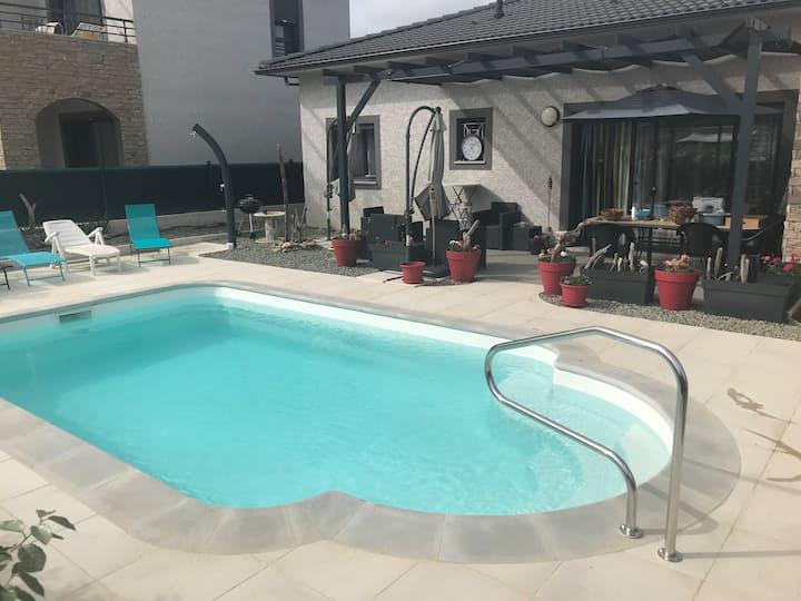 Location maison neuve Ghisonaccia, piscine privée.