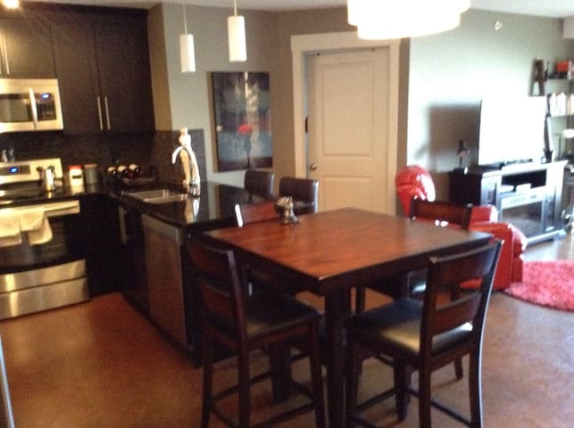 Vibrant 2bdrm ,5mins from airport. - Calgary - Apartment