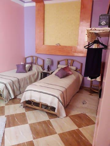 Une jolie chambre pour 2 personnes en famille.