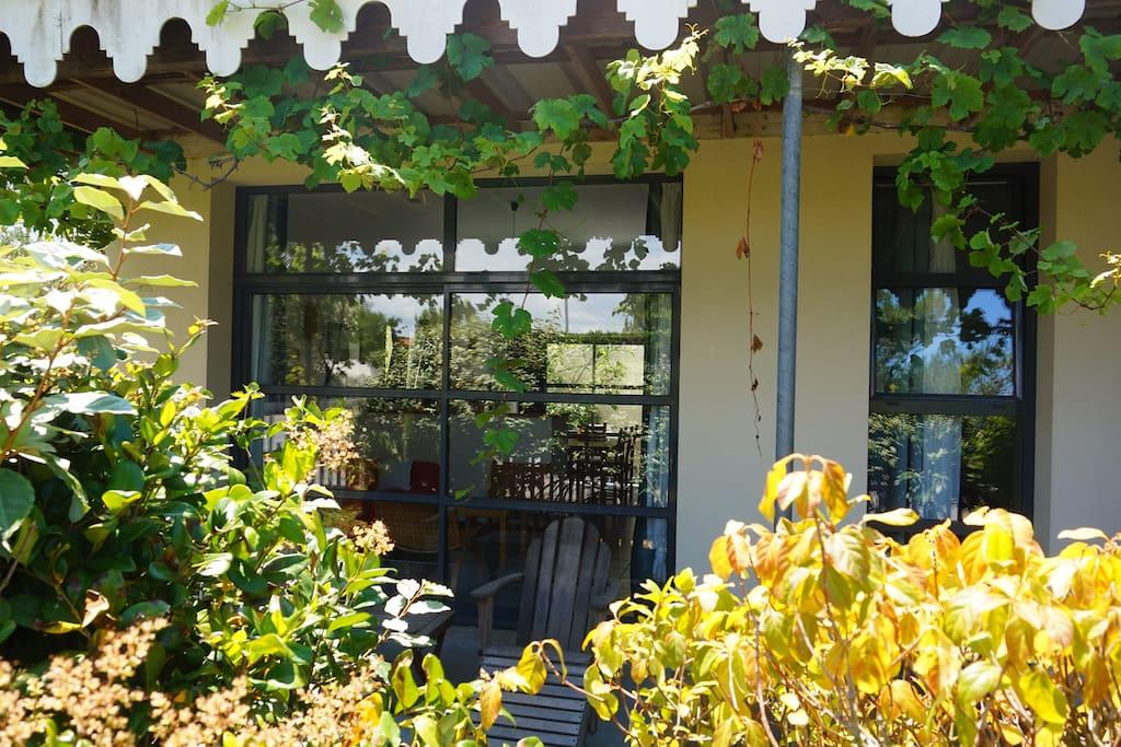 La terrasse avant, calme et isolée des regards