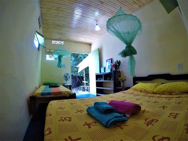 Quarto cama casal Hostel Moreré, 500m da praia!