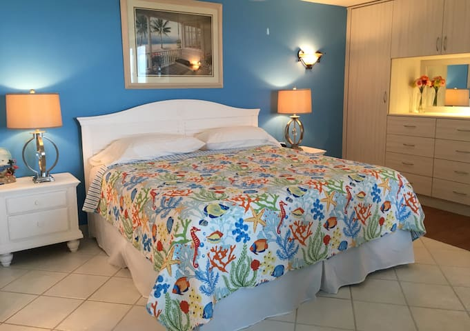 Top floor studio condominium across from the beach - Bonita Springs - Condominium
