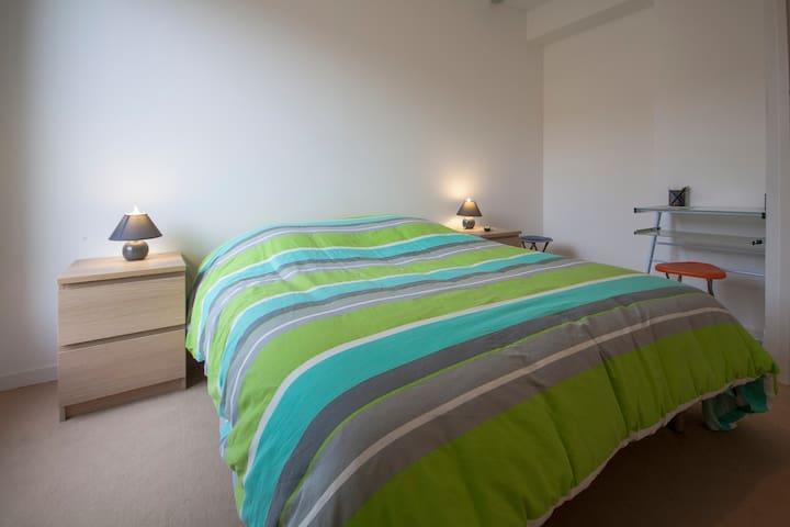 La chambre donne sur le balcon, sans vis à vis, accessible 24/24. Le lit mesure 140 X 190 cm est le matelas est de très grande qualité.