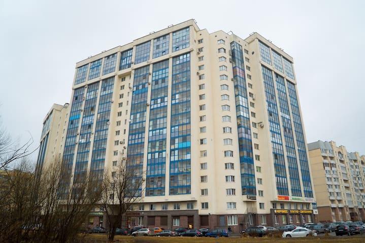 Уютная квартира в новом доме - Sankt-Peterburg - Apartemen