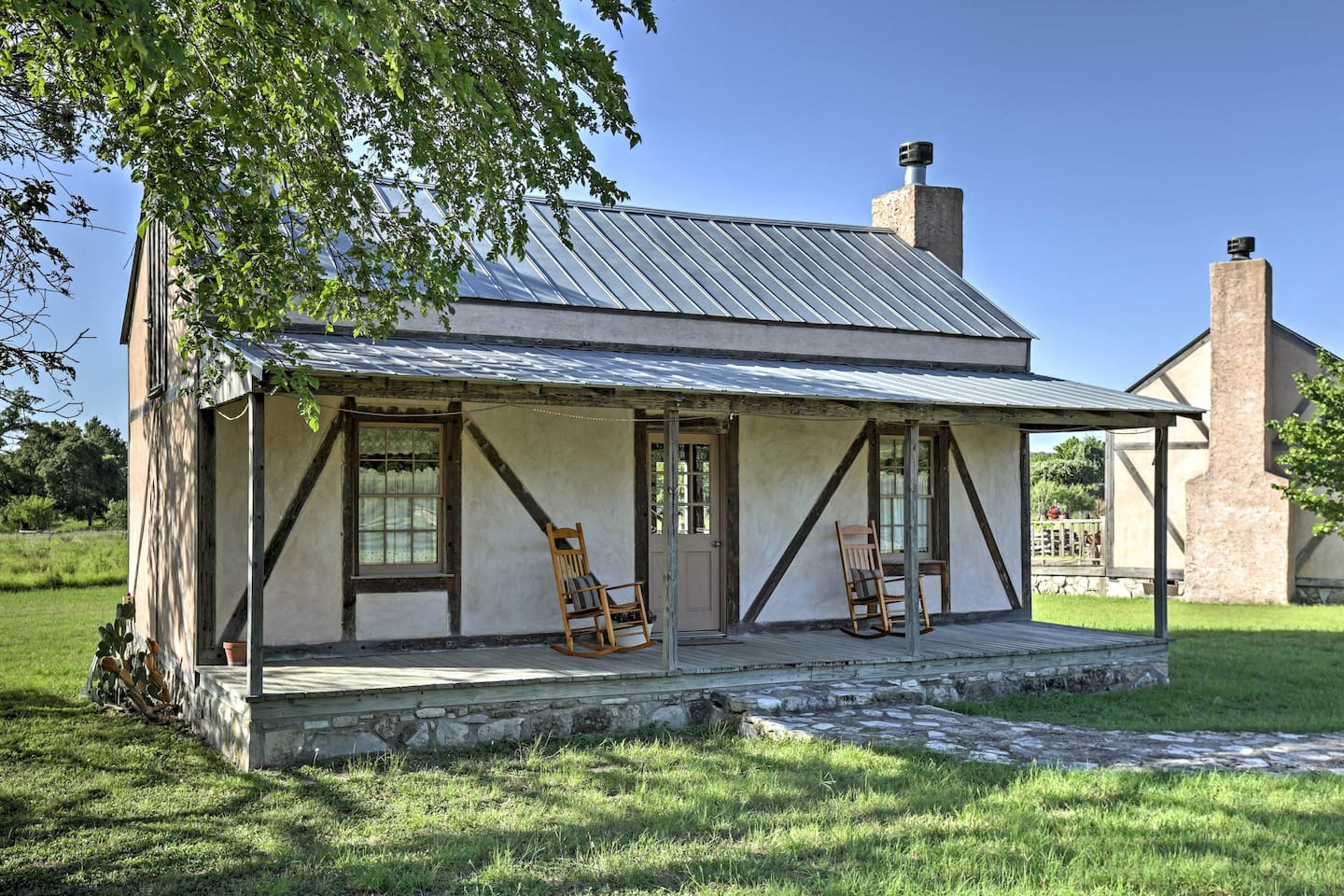 Pack your bags for Texas and this charming 1-bedroom, 1-bathroom Fredericksburg vacation rental cottage, which sleeps 2!