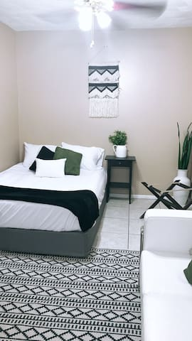 Cute/modern studio right next to the FL MALL!!
