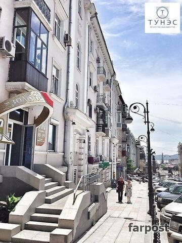건축문화재로 등록된 숙소 건물..   집을 나서면 혁명광장의 동상이 보이죠..
