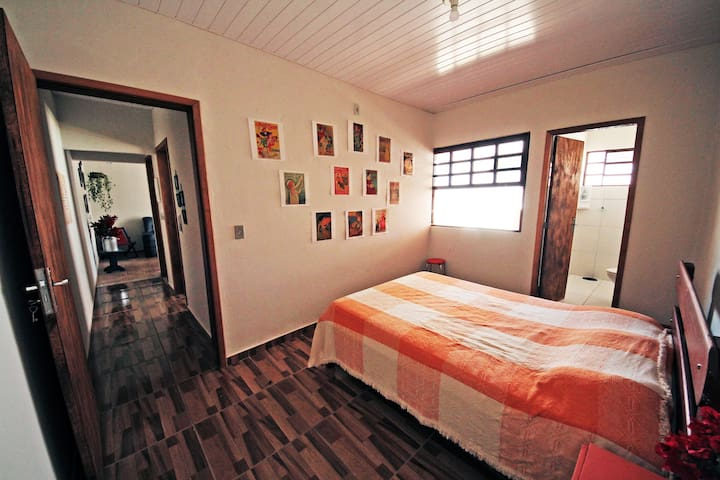 Suíte com cama de casal e banheiro privativo