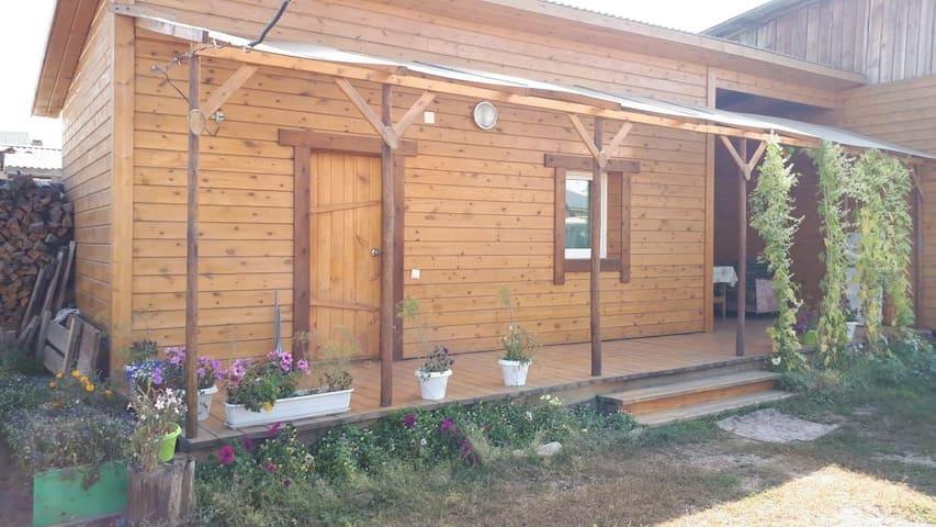 Бюджетный домик для троих с внешним туалетом