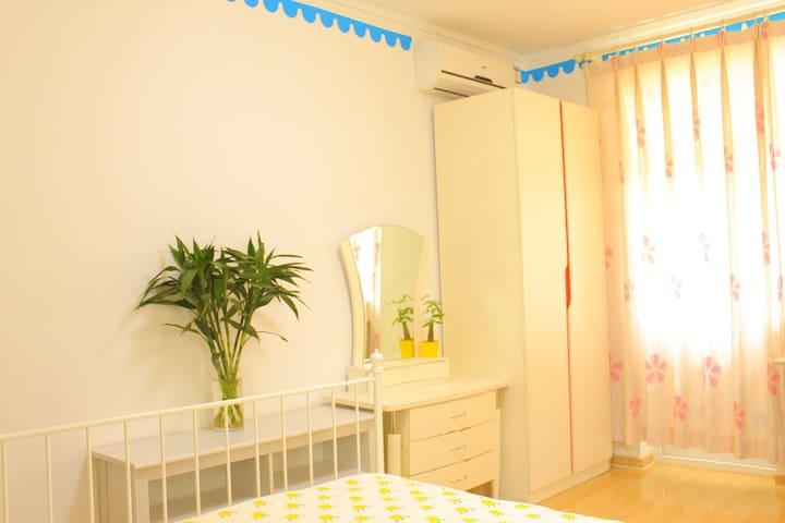 卧室空调、衣柜、五斗橱、搁物架