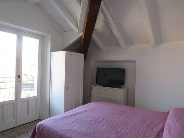 Villa Peachey. Romantica camera con abbaino.