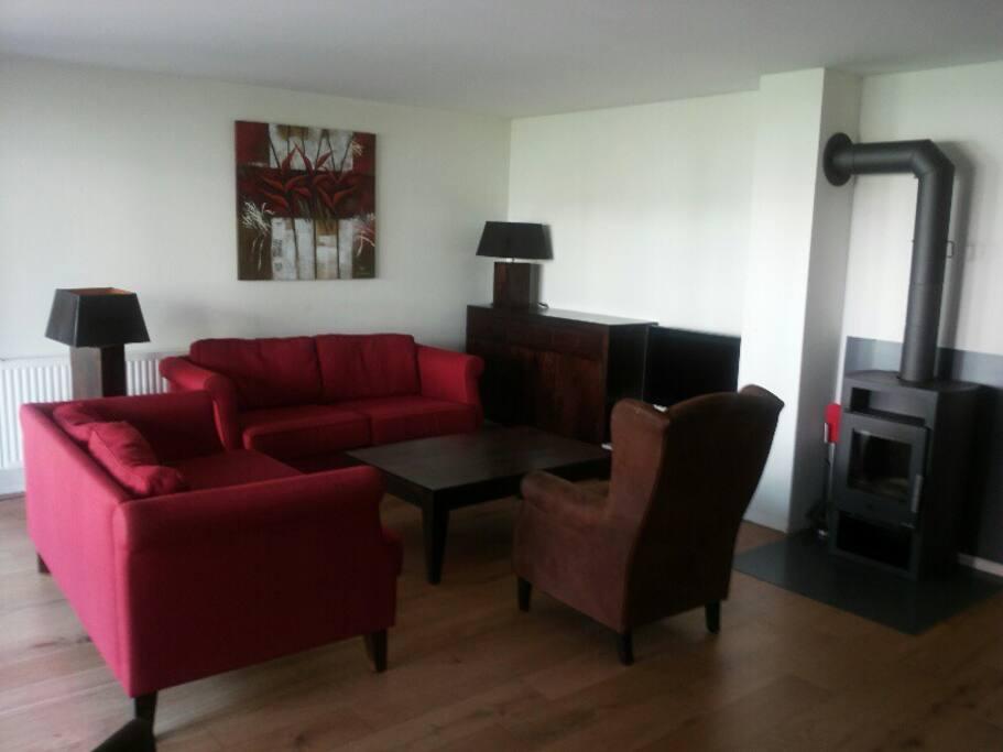 De woonkamer met flatscreen televisie met onder meer Nederlandse zenders, multimediaspel, wifi en een houtkachel