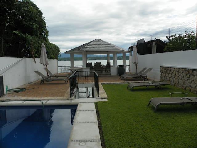 Casa a la orilla del lago de Tequesquitengo