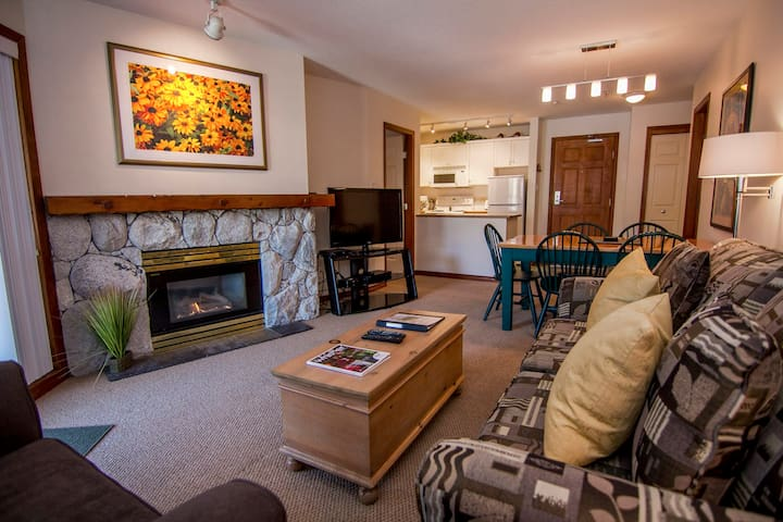 Prime Ski-in Ski-out Location! Top Floor Unit, Pool, Hot tubs, BBQ (439)