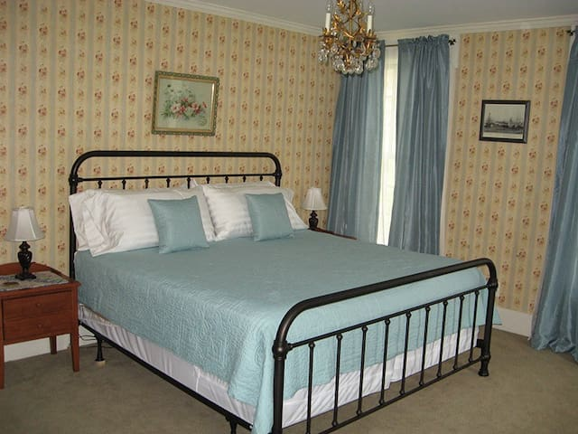 The Steward House B&B - Rose (King bed with private bath)