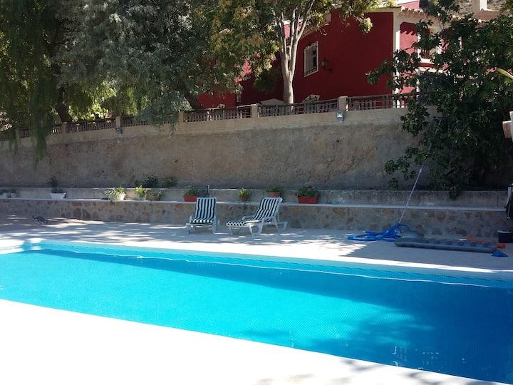 Casa rural con piscina.