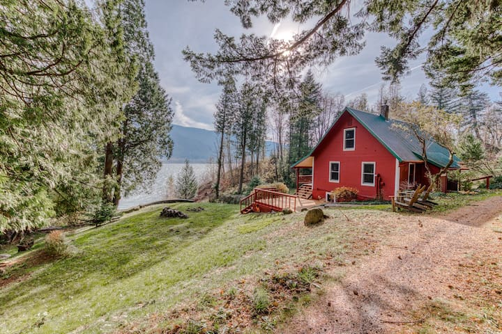 Peaceful, dog-friendly cabin w/ amazing Columbia River views & private beach!