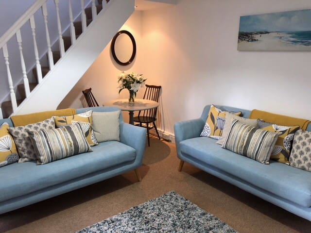 5 minutes walk to beach or harbour - Mews Cottage