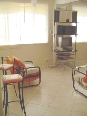 Sala integrada com a cozinha dividida por bancada