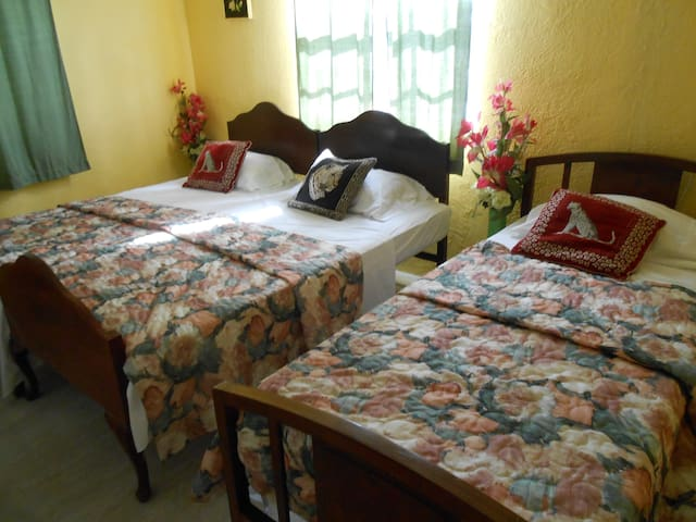 Jo J's GUEST HOUSE 1 BED ROOM A/C BOOK NOW !!!