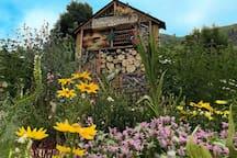 L'hôtel à insectes et son petit jardin en été. A côté de l'église baroque Saint Saturnin.  A Saint Sorlin d'Arves, non loin de Grenoble. Montagne de la Maurienne