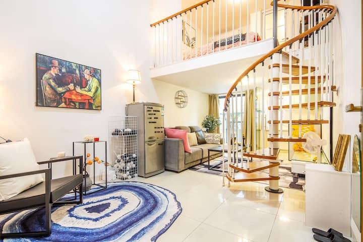 【玩纸牌的人】珠江新城Loft温馨复式投影房