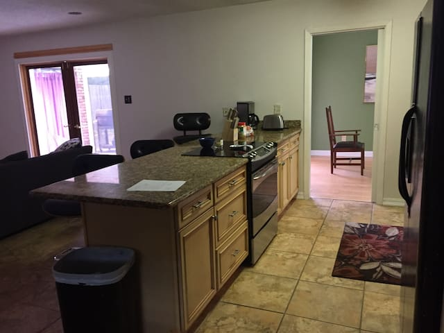 2/1 bed/bath safe-15min from all the action(SHARE)