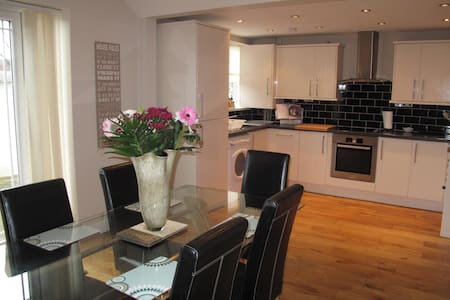 3 Double Bed Fantastic house 10 mins to CityCentre - Liverpool - Huis