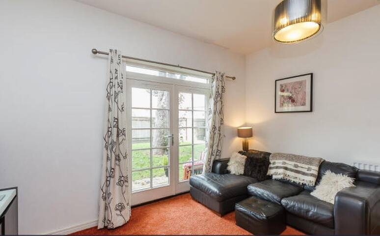 BEAUTIFUL CANAL SIDE APARTMENT NEAR THE GROVE - Kings Langley - Apartment