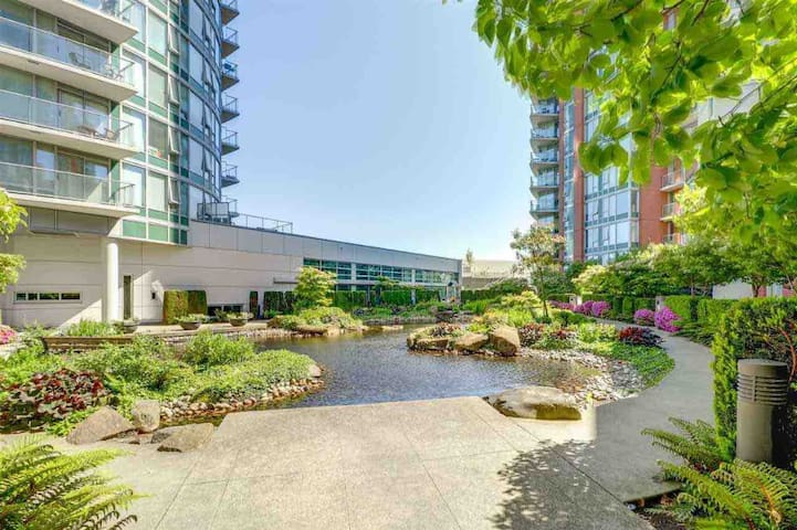 Cozy Two Bedroom at DT Vancouver w/ FREE PARKING