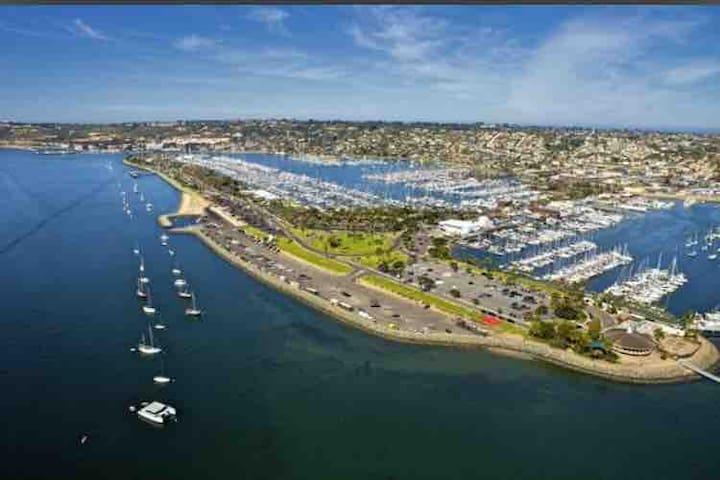 Minutes to Beaches, Airport & Downtown San Diego!!