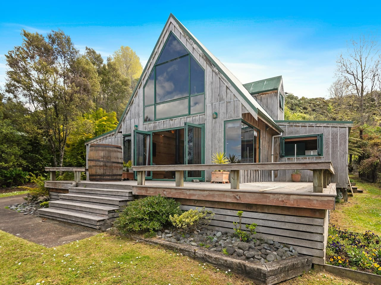 The Lakeview Chalet - Lake Tarawera Holiday Home