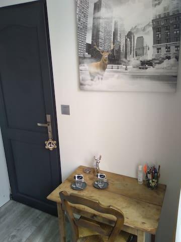 Un petit bureau et café de bienvenue.
