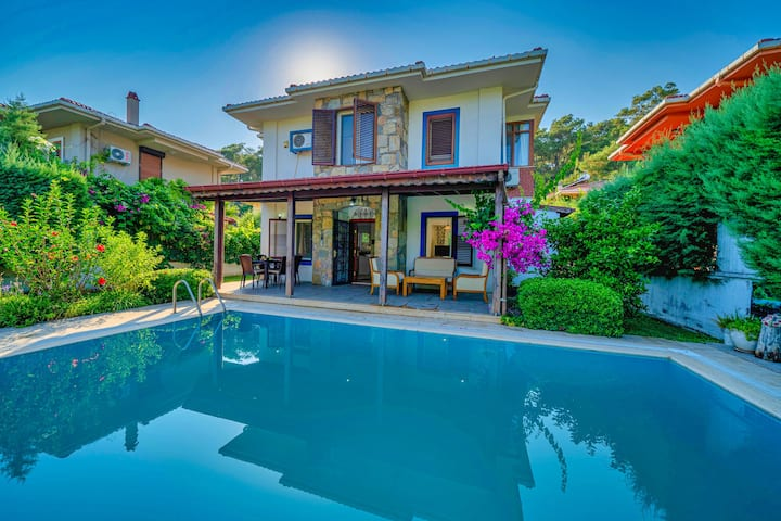 Perfect Location 3 Beds Private Pool & Garden Home