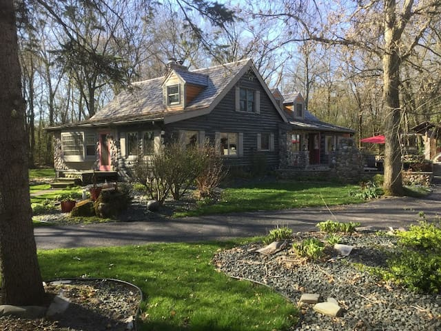 Dousman/Ottawa Home with private woods