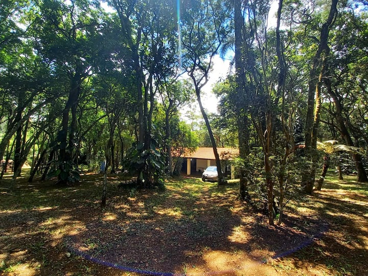 Casa no bosque em condomínio na represa de Ibiúna.