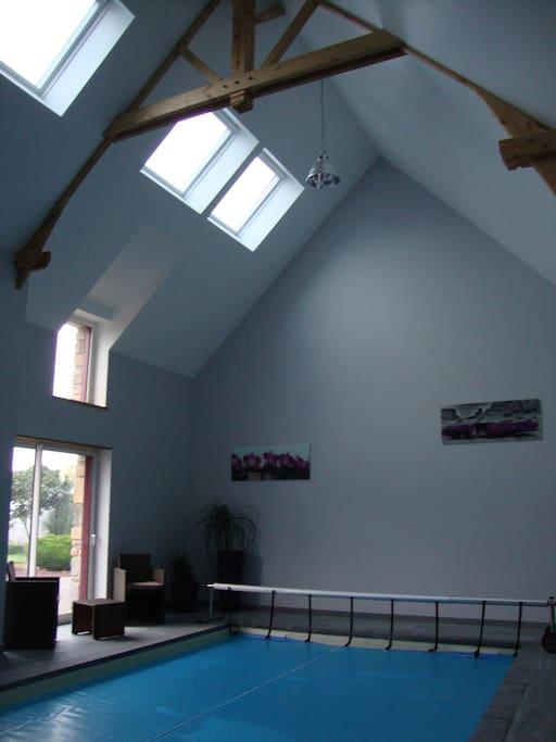 accès piscine par le gîte .