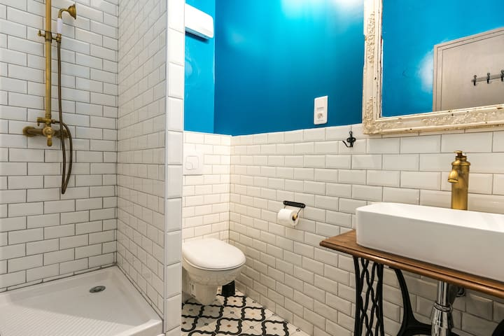 Salle de bains avec douche attenante à la chambre