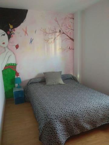 Habitación con cama de matrimonio y baño privado