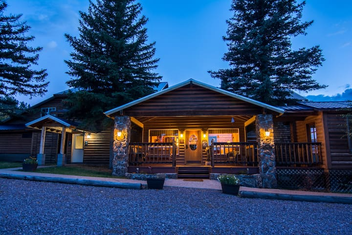 White Mountain Lodge Bed and Breakfast-Aspen Suite - Greer