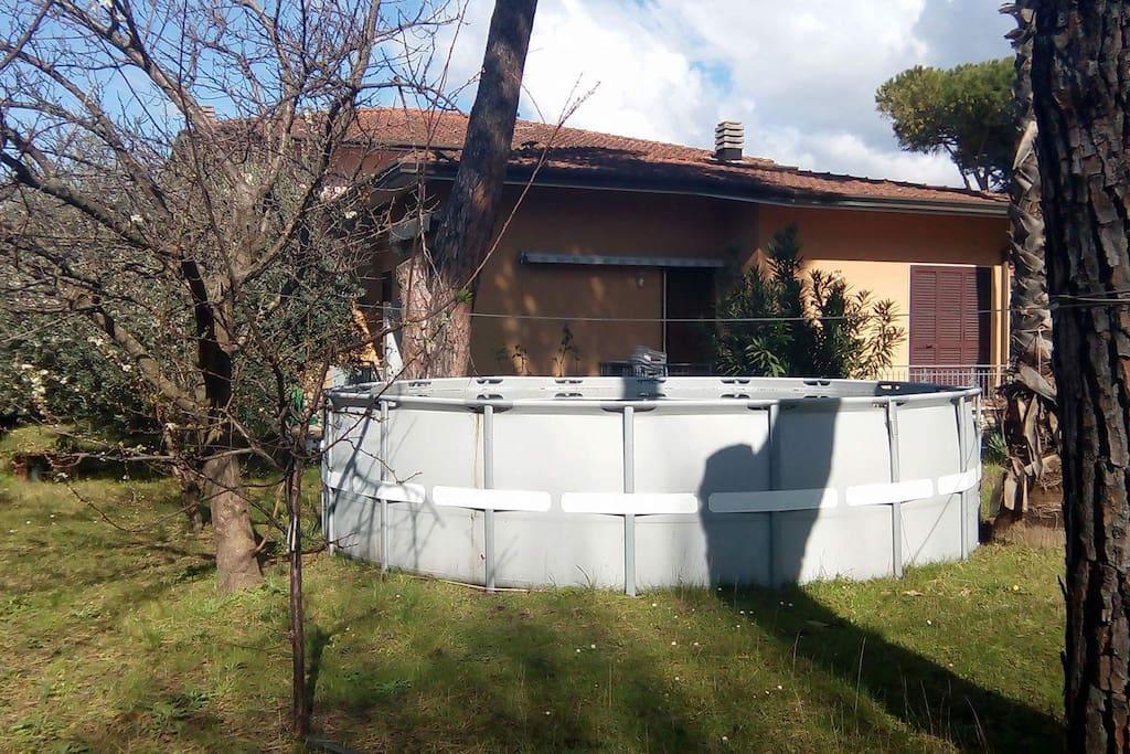 Swimmingpool mit 20 m3 Wasser im Garten