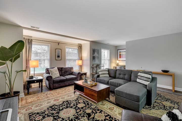 Well-stocked 3bd,2ba apt. w/ parking 8min downtown